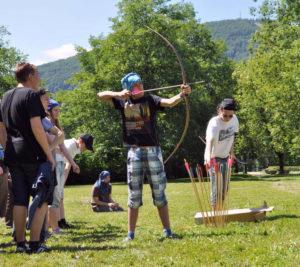 Uczestnicy obozu RPG Caerbannog podczas zajęć łuczniczych